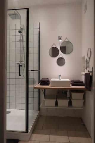 La salle de bain offre une douche et un lavabo. Une caisse de rangement sous le meuble vous sera dédiée afin de ranger vos effets personnels lors de votre séjour.