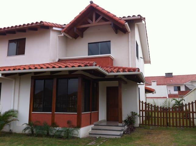 Beautiful house in private condo - Santa Cruz de la Sierra - Huis