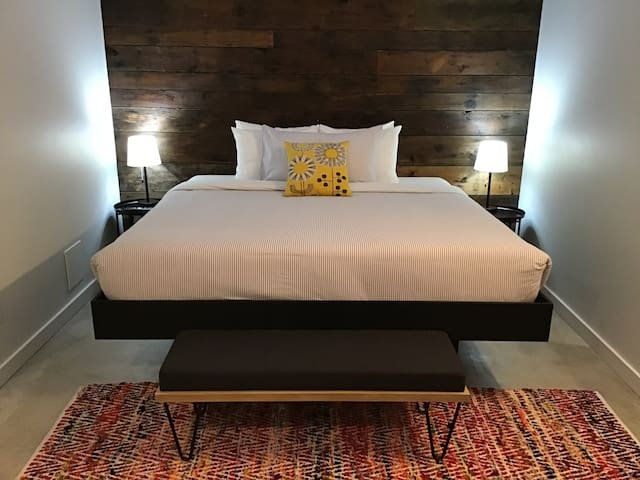 Modern suite, downtown Tofino w/king bed - Suite 2
