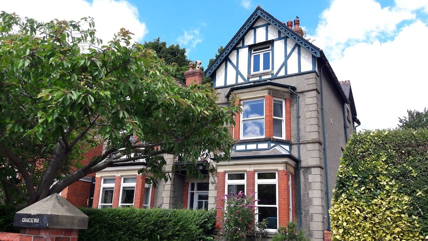 2 Llangollen self-contained rooms for women