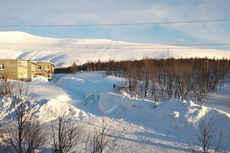 Трёхкомнатная квартира у горы вКировске с балконом
