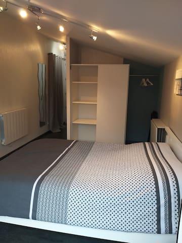 Chambre avec salle de bain. entrée indépendante.