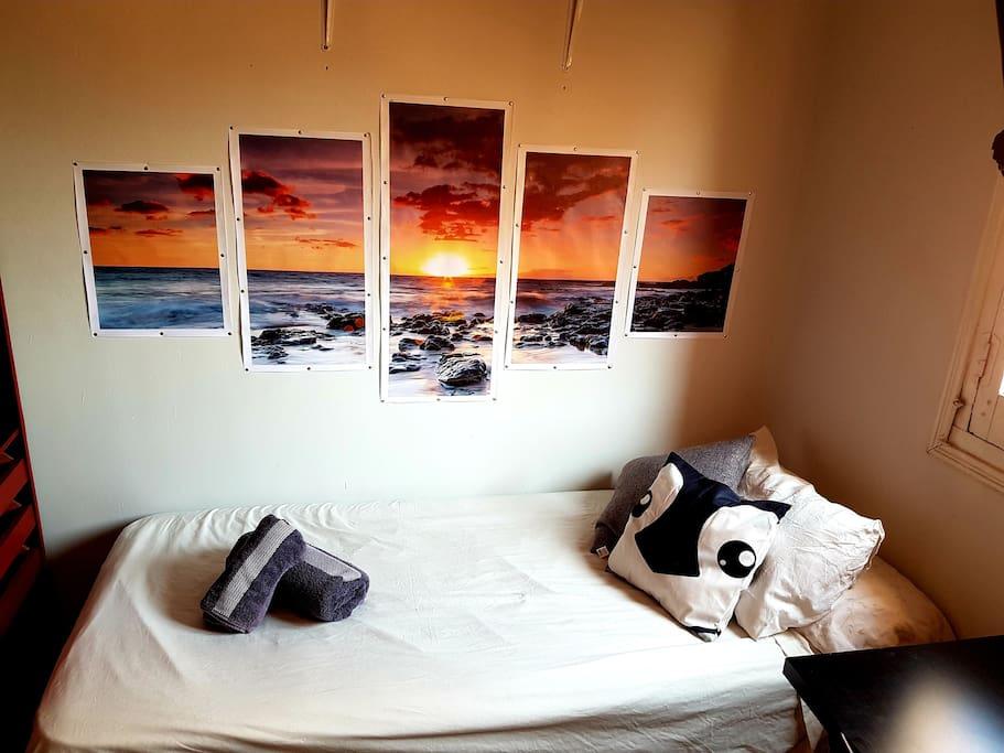 Cómoda cama de 90, con almohadas, mantas y edredones