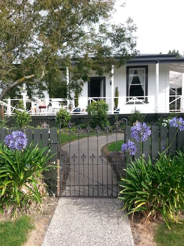 Welcoming & warm cottage with hill views - Mosgiel - House