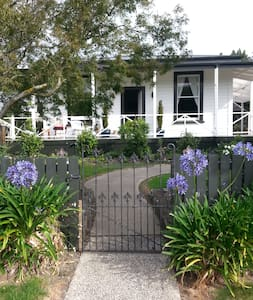 Welcoming & warm cottage with hill views - Mosgiel - Casa
