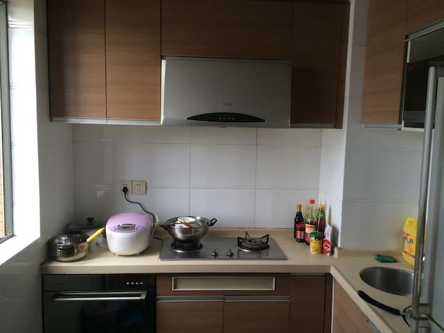 自由舒适型3室2厅1卫,家电设施齐全,小区环境安逸,出门是公交总站,两侧超市,饭馆 - Guangzhou - Apartmen