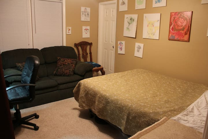 S Raleigh House Queen Bed