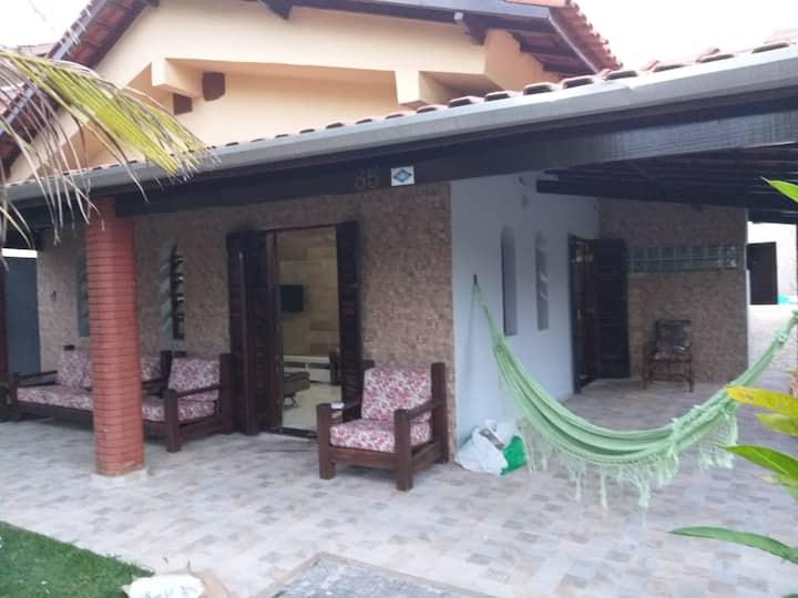 Casa com piscina em condomínio fechado 200m praia.