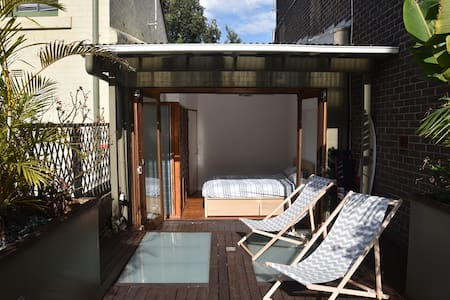 Cosy bedroom with terrace in trendy Surry Hills - Surry Hills - House