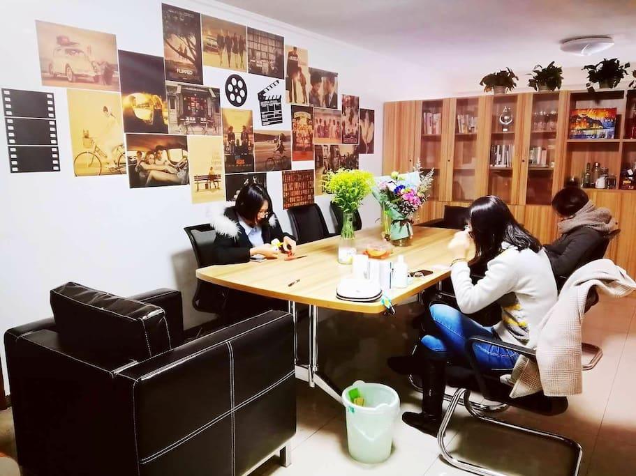 宽敞舒适的客厅,旅客可以在这里阅读、交流、聚餐