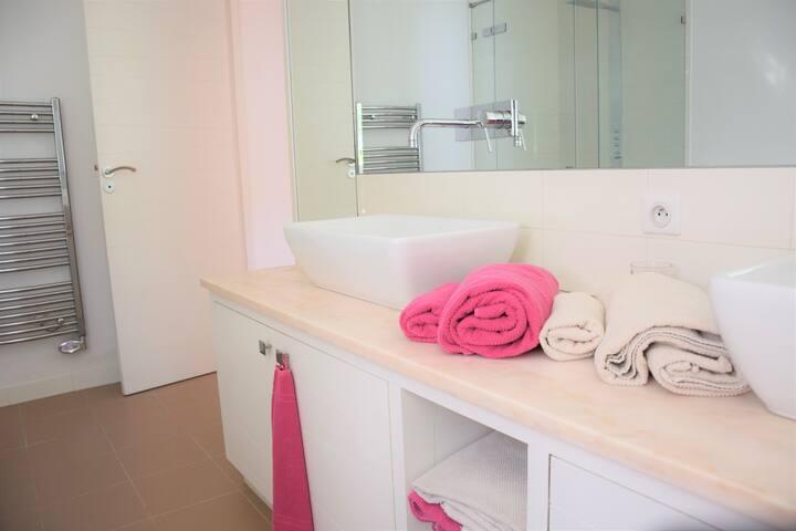 Chambre 2 - salle de bain complète en-suite