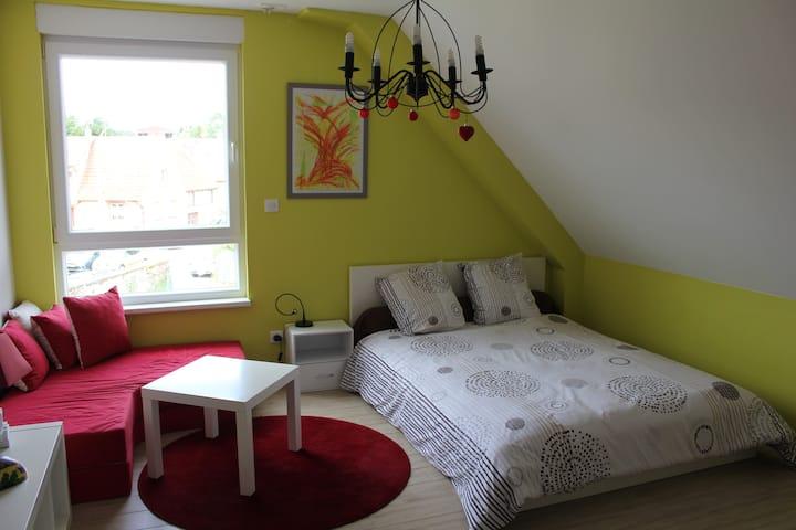 Zimmer mit Doppelbett und eigenes Bad
