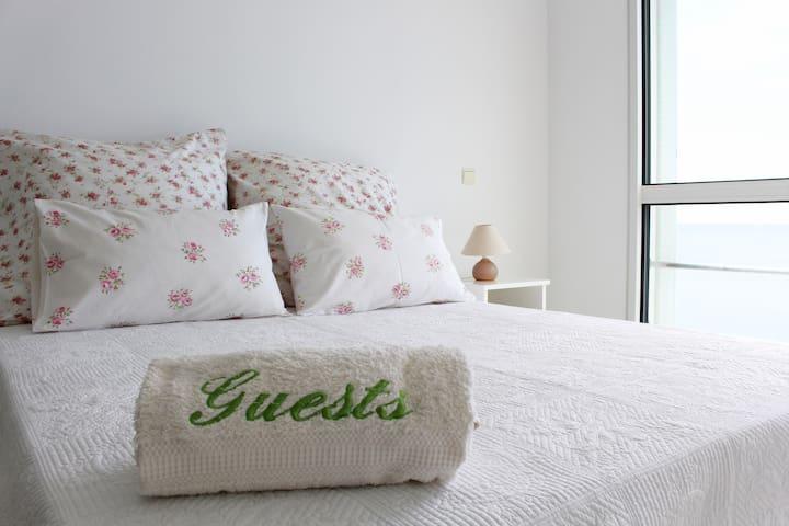 Room n.º3: Master bedroom with en-suite bathroom, TV, sofa and sea view