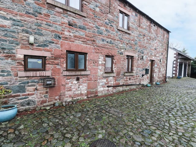 BLENCATHRA BARN, pet friendly, with hot tub in Penrith, Ref 29323