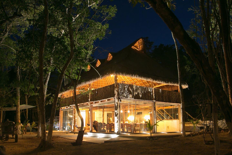 Hermosa cabaña en medio de la selva.