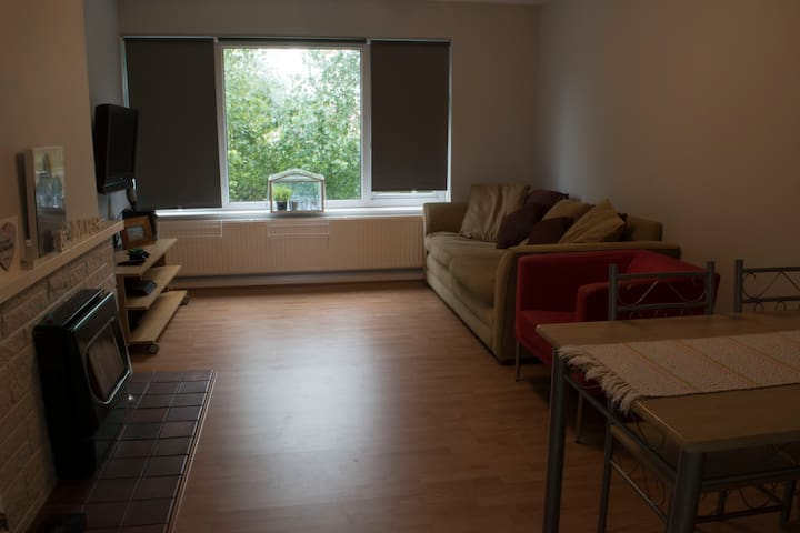2 bed apartment 20 mins from Bath