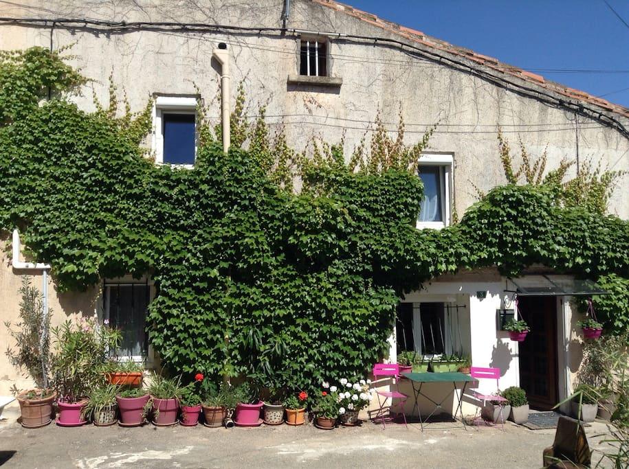 """Façade de La """"petite"""" Maison Blanche donnant sur une petite place du hameau"""