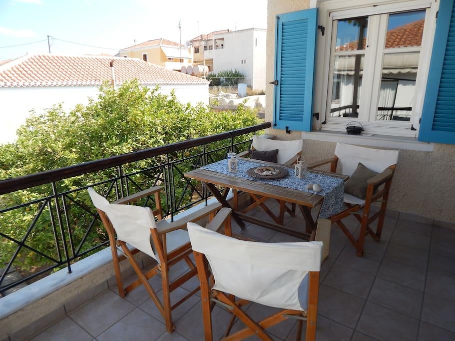 Απολαύστε τον καφέ ή το γλυκό σας στην δροσιά της βεράντας. Enjoy your coffee or your dessert in the cool of the balcony.