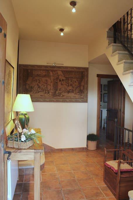 Recibidor de la casa. Enfrente la cocina, a la derecha escaleras.