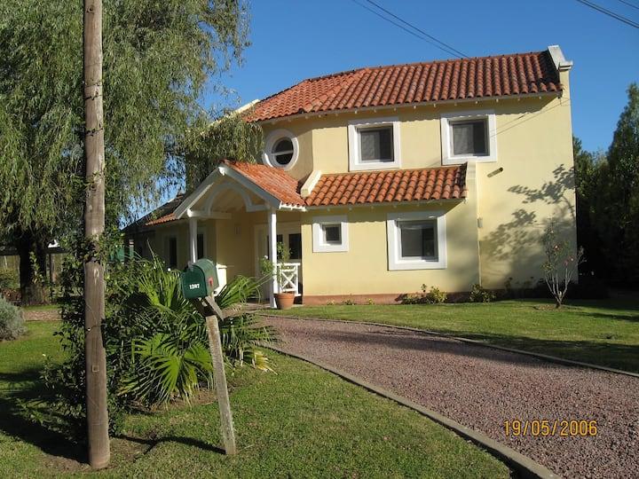 Hermosa casa con parque y piscina en Barrio CUBE