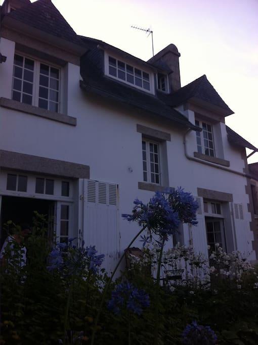 façade arrière de la maison coté jardin vue mer