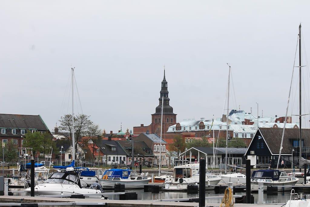 Ystad gamla stan ligger precis vid marinan