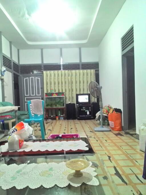 Ruang Tamu (lantai kayu pondasi kuat)