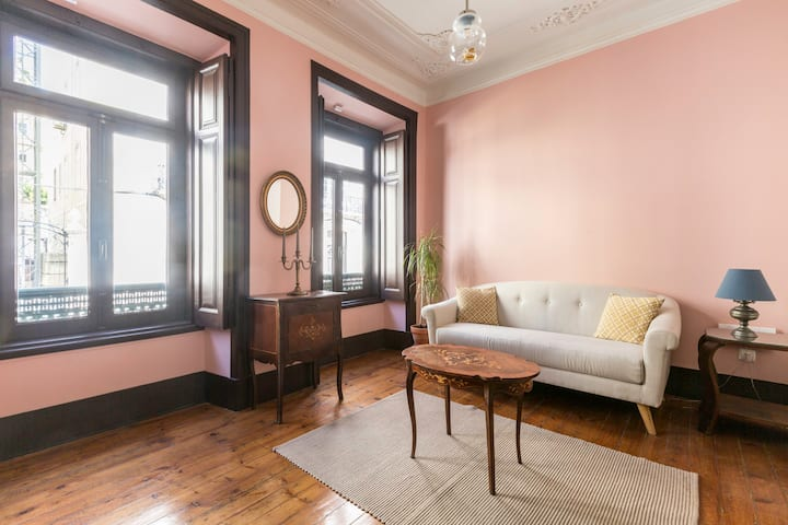Solo traveler's room in Charming 19th Century Flat