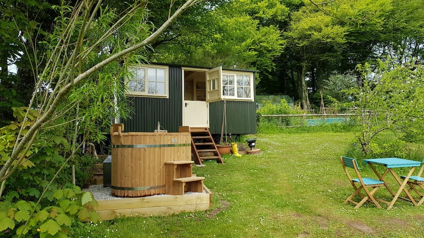 Pippins Shepherds Hut & Wood-fired Hot Tub