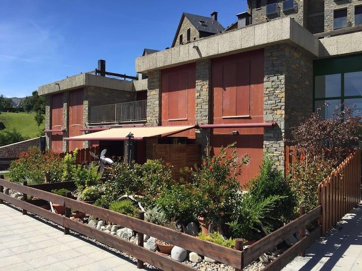 Una casa con magnifica terraza y vistas