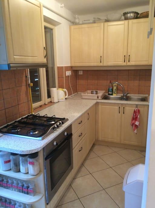 Mindennel felszerelt konyha,6 főre,gáztűzhely,elszívó,vízmelegítő,pizzasütő,