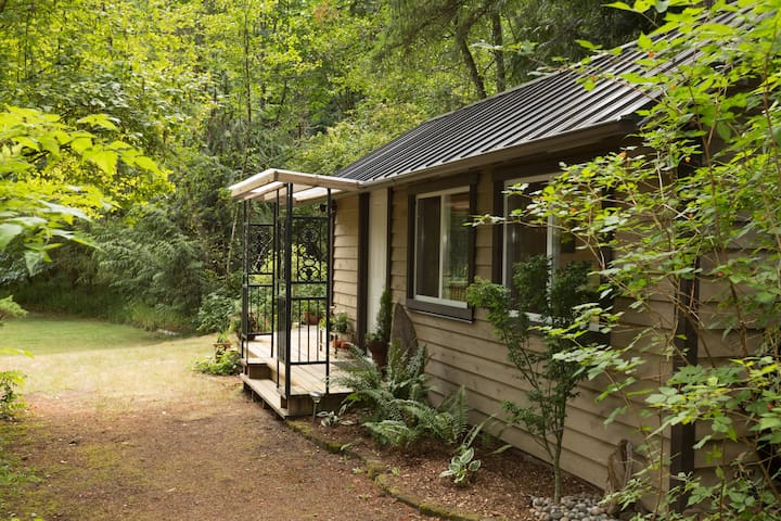 Cottage in the Woods - Cobble Hill - Cabana