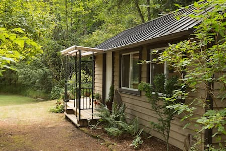 Cottage in the Woods - Cobble Hill