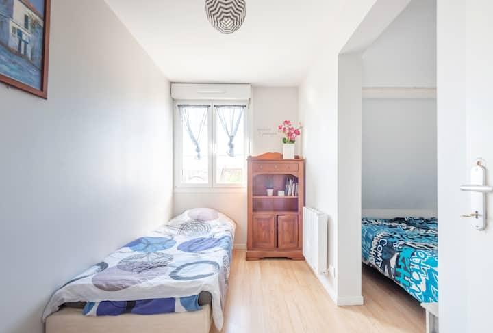 Chambre avec lit séparé, salle de bain