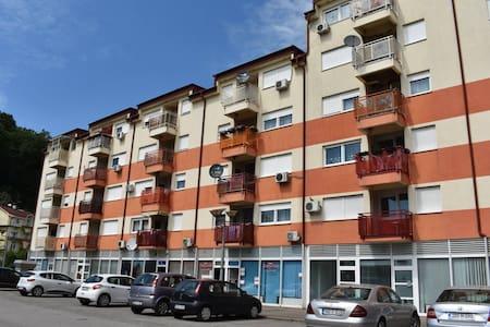 Novopremljen stan u centru Laktasa