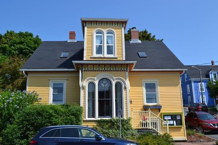 Spectacular 4 bedroom home in old town Lunenburg