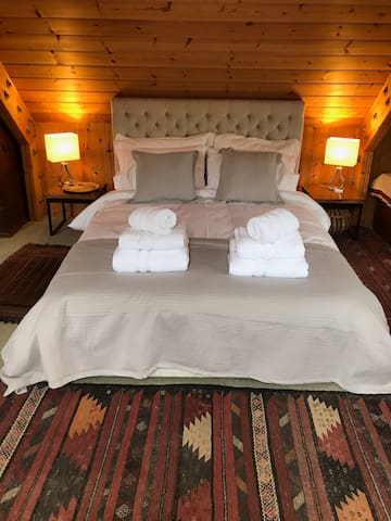 King sized bed with memory foam mattress, crisp white Egyptian cotton bedding and fluffy towels.