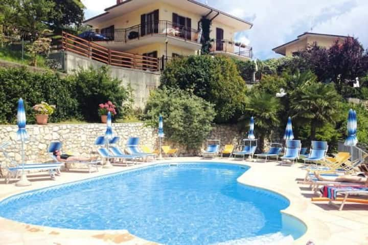 With a view and communal pool - Apartment Mirabel