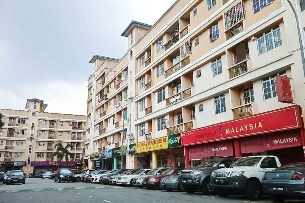 Below our studio apartment have  shop like doby 24 hours,  KKMart 24 hours, 99 Speed Mart, Restaurants; malay, indian and chinese food, Second Hand Shop, Clinique, Car workshop, Pharmacy and Ampang Hospital Just few steps from the apartment