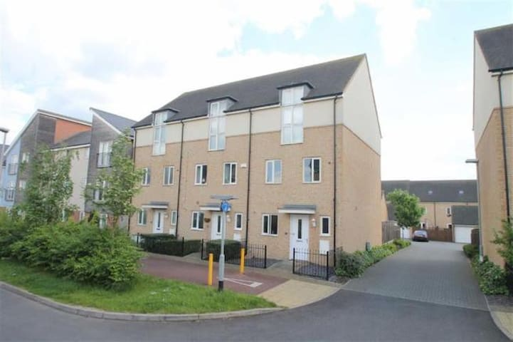 2 Bedrooms in a 4Bed house - Broughton - Huis