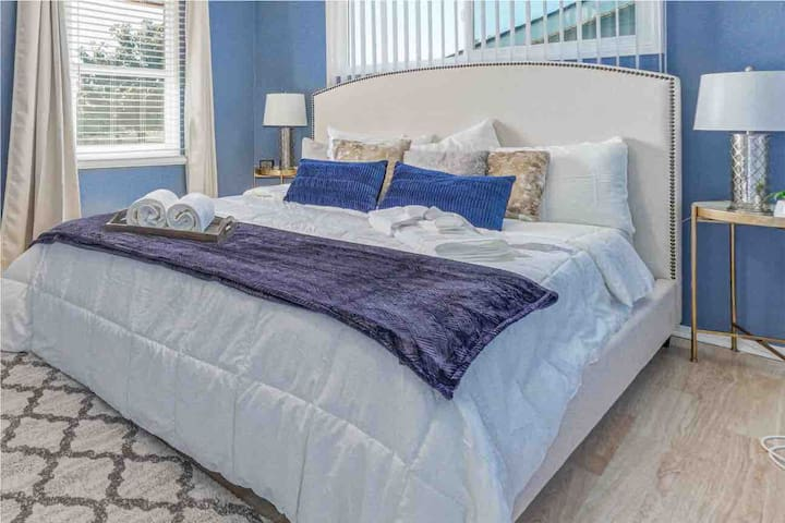 Dynamic and Modern home, 1 King, 2 Queen beds