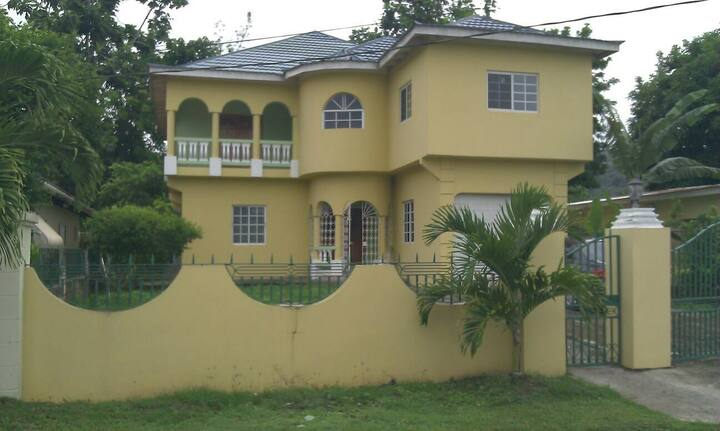 Beautiful, spotless 1 bedroom  with Kitchen  house