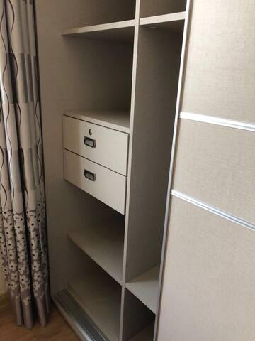 房间1的衣柜