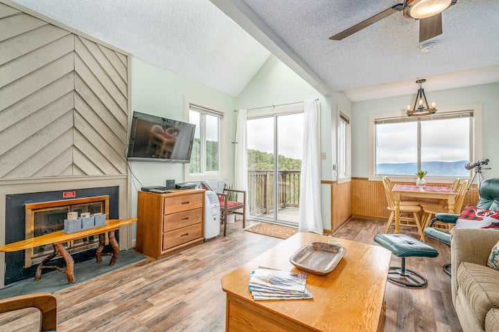 Sunny ski condo near the slopes w/ a full kitchen & private balcony