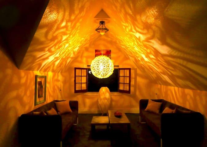 DOWNTOWN: The Baroness Room:The Queen Linden Villa