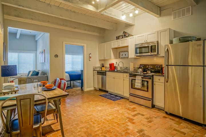 #6: 2BR/2BA, king/queen, Walk to Old Town!!