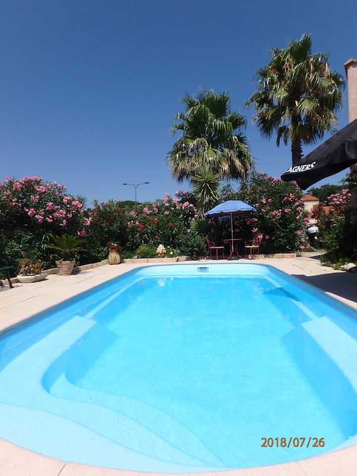 une chambre privée + vélo dans villa avec piscine