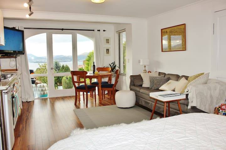 Million Dollar Views Luxury Studio! - Sandy Bay - Apartemen