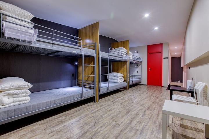 良住民宿内女生六人间的一张床位·动静分离大空间·步行前往地铁和BRT·24小时热水·内售平价酒水零食