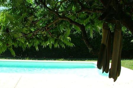Chambre (+sdb) maison avec piscine non chauffée - Péault - Bed & Breakfast
